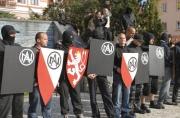 Pravicoví extremisté pochodovali 18. října Litvínovem na protest proti chování místních Romů (Foto: ČTK)