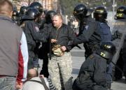Policejní těžkooděnci zasahují proti jednomu z pravicových extremistů v Litvínově (Foto: ČTK)