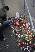 Lidé ve městě Veszprem zapalují svíčky na místě vraždy (Foto: ČTK/AP)