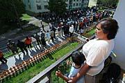 Romové shromáždění na sídlišti v Krupce na Teplicku, kam se 25. dubna sjeli příznivci Dělnické strany, foto: ČTK