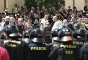 Několik set odpůrců extremistické Dělnické strany se 17. května na centrálním Masarykově náměstí ve Znojmě pokusilo narušit její mítink (Foto: ČTK)