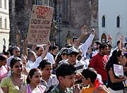 V Chomutově se 3. května konala v centru města demonstrace Romů (na snímku) proti stoupajícímu extremismu v ČR. Ta byla narušena asi čtyřicetičlennou skupinou extremistů z organizace Autonomní nacionalisté (Foto: ČTK)