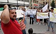 Řetězová demonstrace Romů (Foto: ČTK)
