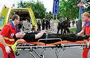 Zdravotníci odvážejí místopředsedu Dělnické strany Petra Kotába, který zkolaboval po svém zatčení na demonstraci v Mostě (Foto: ČTK)