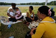 Rumunští Romové u Počernického rybníka (Foto: ČTK)