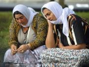 Příbuzní mladého Roma z Rumunska truchlí na trávníku před vinohradskou nemocnicí v Praze (Foto: ČTK)