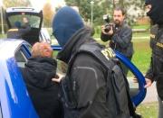 Policisté odvážejí muže zadrženého v Českých Budějovicích (Foto: ČTK)