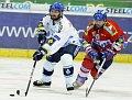 Vladimír Sičák (HC Vítkovice) und Adam Pineault (HC Eaton Pardubice) (Foto: ČTK)