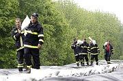 Hasiči zpevňují hráz řeky Moravy uHodonína, foto: ČTK