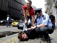 Einer der Mitglieder von 'ztohoven' mit dem Pseudonym Roman Týc wurde relativ rabiat festgenommen (Foto: ČTK)