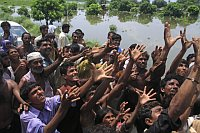 Pakistani flood survivors reach out for relief goods distributed in Khangarh, near Multan, Pakistan, photo: CTK