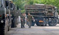 Vojáci nakládají vSoběslavi montované mosty, foto: ČTK