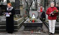 Samedi, un rassemblement de dizaines de personnes s'est déroulé au cimetière d'Olšany à Prague, photo: CTK