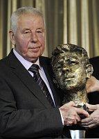 Se svou vlastní bustou od sochaře Josefa Nálepy, foto: ČTK