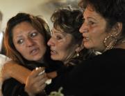 Příbuzné jedné z obětí Marie Baloghové na jejím pohřbu ve vesnici Kisléta (Foto: ČTK/AP/Bela Szandelszky)