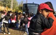 Romské ženy a děti opouštějí obec Gyöngyöspata (Foto: ČTK / AP / Bela Szandelszky)