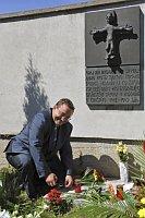 Mrtví z romského sběrného tábora v Hodoníně jsou pochováni v nedalekých Černovicích, u pamětní desky ministr Josef Dobeš (Foto: ČTK)