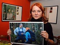 Alexandra Mateásková ukazuje fotografii, na níž diskutuje stěžařem, foto: ČTK