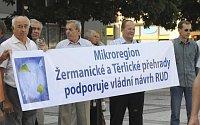 Starostové menších obci aměst Moravskoslezského kraje před magistrátem města Ostravy, foto: ČTK