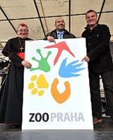 Dominik Duka, Miroslav Bobek und Bohuslav Svoboda mit dem neuen Logo des Tierparks (Foto: ČTK)