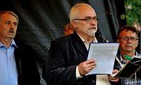 Starosta Varnsdorfu Martin Louka hovoří na šluknovské demonstraci (Foto: ČTK)