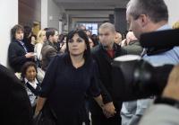 Obhájkyně Klára Samková vede jednoho z obviněných (Foto: ČTK)
