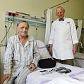 Jan Pirk avec un patient avec le cur artificiel, photo: CTK
