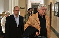 Jaromír Šebesta (vlevo), který v Chotěbuzi na Karvinsku kuší zastřelil romského mladíka (archivní foto) - Foto:  ČTK