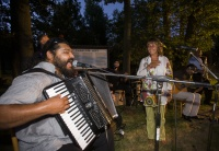 Koncert skupiny Bachtale Apsa s Máriem Bihárim (vlevo) a herečkou Bárou Hrzánovou v Letech u Písku (Foto: ČTK)