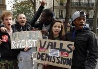 Pařížští studenti protestují proti vyhoštění patnáctileté kosovské Romky Leonardy Dibraniové z Francie (Foto: Francois Mori, ČTK/AP)