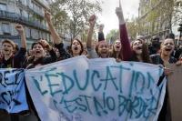 Pařížští studenti protestují proti vyhoštění patnáctileté kosovské Romky Leonardy Dibraniové z Francie. Drží transparent s nápisem Vzdělání musí být bez hranic (Foto: Francois Mori, ČTK/AP)