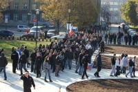 Přes 300 účastníků protiromské demonstrace se vydalo 19. října v Ostravě do čtvrti Přívoz obývané Romy. Cestu jim přehradila policejní zásahová jednotka. Na snímku je průvod v Komenského sadech (Foto: ČTK)