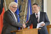 Der deutsche Außenminister Frank Walter Steinmeier mit seinem tschechischen Amtskollegen Lubomír Zaorálek (Foto: ČTK)