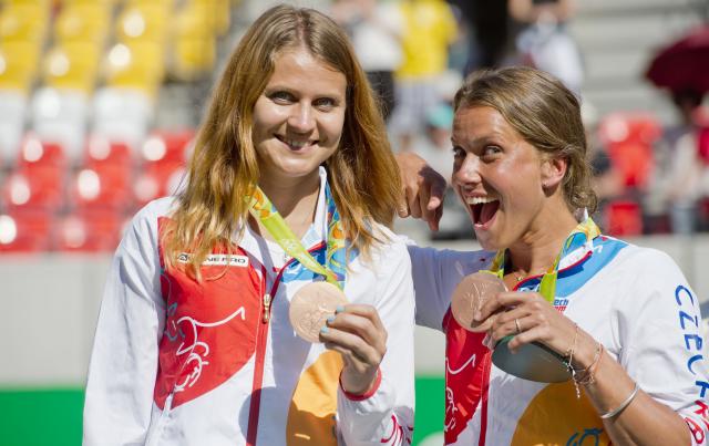 Bronzové medailistky Barbora Strýcová a Lucie Šafářová; © ČTK