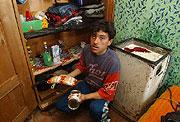 Veškeré zásoby jídla pro sebe a tři děti ukazuje romský otec z východoslovenské obce Trhoviště (Foto: ČTK)