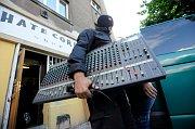 Policisté vyklízejí obchod HateCore při razii proti organizátorům koncertů propagujících nacismus, foto: ČTK