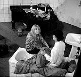 Eva Pilarová v 'nezvyklé' roli manželky a Jiří Šlitr v roli advokáta v buff-opeře Dobře placená procházka (snímek pochází z roku 1965), foto: ČTK
