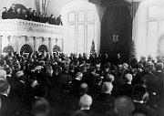 """U příležitosti 80. narozenin T. G. Masaryka se konalo ve staré sněmovně zasedání vlády aNárodního shromáždění, na němž byl přijat zákon sprohlášením """"Tomáš Garrigue Masaryk se zasloužil ostát"""", foto: ČTK"""