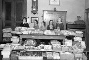 Žákyně dívčí školy vPraze na Smíchově uspořádaly vbřeznu 1937 na počest 87. narozenin T. G. Masaryka sbírku potravin, školních pomůcek ahraček pro žactvo německé školy vnejdeckém okrese vobci Sauersack, foto: ČTK