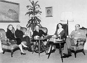 Oslavy 87. narozenin T. G. Masaryka vLánech; Zleva: Hana Benešová, T. G. Masaryk, Edvard Beneš, Alice Masaryková aJan Masaryk, foto: ČTK