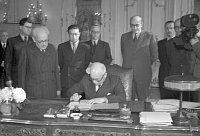 Edvard Beneš signe les décrets