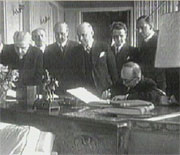 Prezident Edvard Beneš při podpisu dekretů