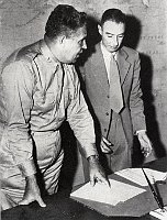 Leslie Groves und Julius Robert Oppenheimer (Foto: Public Domain)