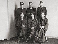 Israelische Militärpiloten in der Ausgehuniform der Militärakademie der tschechoslowakischen Luftstreikräfte in Hradec Králové. Der heute noch lebende Daniel Shapira sitzt als erster von links.