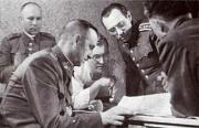 Na velitelství Bartoš: generál Kutlvašr (v popředí) apodplukovník Bürger (druhý zprava)