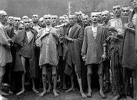 Häftlinge im KZ Ebensee (Foto: Arnold E. Samuelson, U. S. Army, Public Domain)