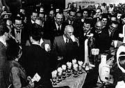 Edvard Beneš eröffnet eine Milchbar in der Molkerei