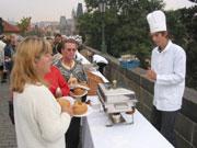 Cuisiniers servent du goulasch sur le pont Charles