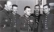 František Bürger-Bartoš (uprostřed), foto zknihy 'Barikáda zkaštanů'