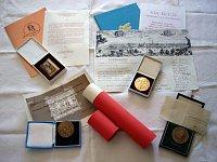 Medaile udělené Blance Karlsson od České republiky za její vědeckou práci ve Švédsku